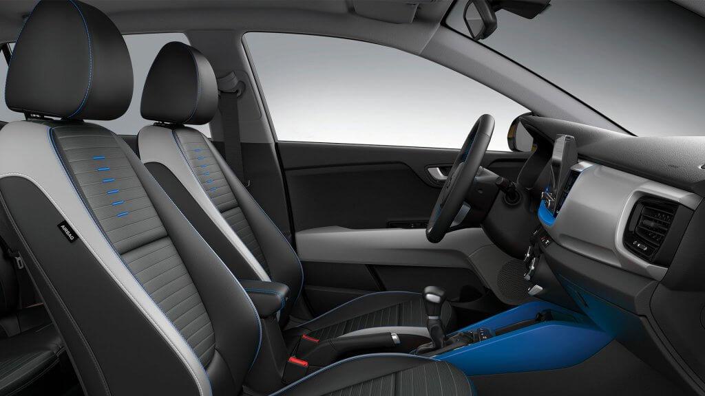 Kia Stonic po faceliftingu wnętrze z niebieskimi akcentami